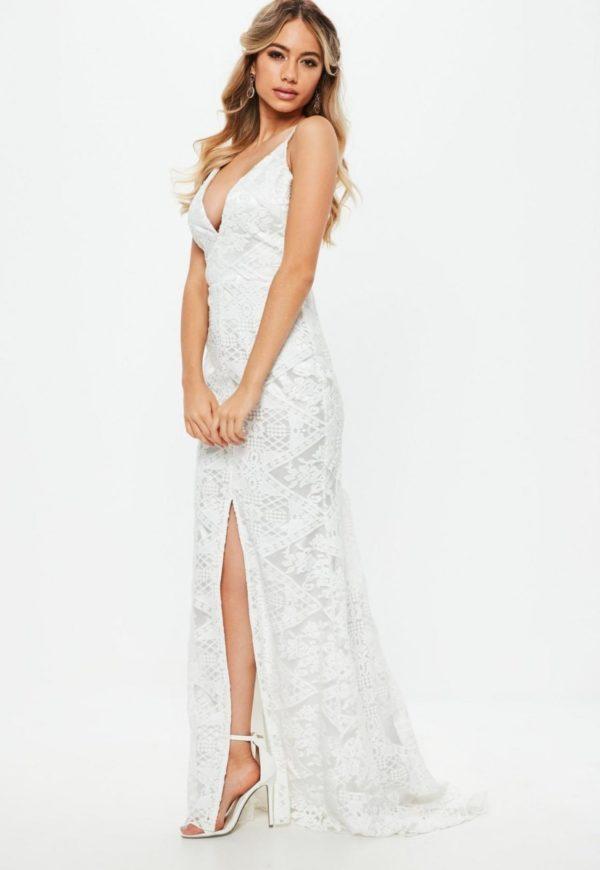 MISSGUIDED - Robe de mariée longue blanche en dentelle et décolleté plongeant - Robe de mariée pas cher - The Wedding Explorer