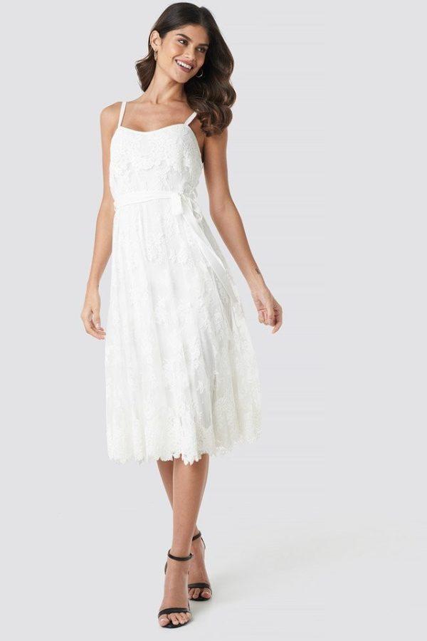 NA-KD - Melodie Midi Dress White by Ida Sjöstedt - Robe de mariée pas cher - The Wedding Explorer